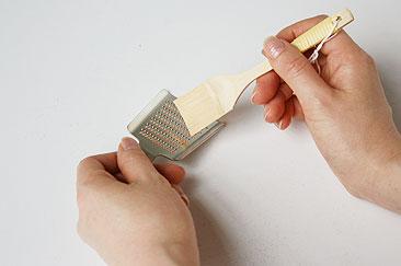 工房アイザワ 竹のスクレイパー  おろし金に軽く当てササッとすれば、 刃に付いている薬味が取れま